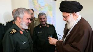 رهبر ایران، در کنار سردار دریادار علی فدوی و دیگر فرماندههای سپاه پاسداران پس از دستگیری سربازان آمریکایی در خلیج فارس