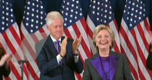 هیلاری کلینتون همراه با همسرش بیل کلینتون، در طول سخنرانی پس از شکست انتخاباتی در نیویورک