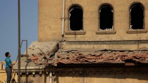 یک مرد مصری خرابههای کلیسای ارتدکس سنت پیتر و سنت پل که با انفجار بمب ویران شدند را تماشا میکند