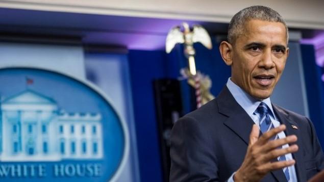 باراک اوباما، رئیسجمهور ایالات متحده، در کنفرانس رسانهای پایان سال در اتاق جلسهی مطبوعاتی برادی در کاخ سفید