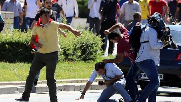 یک خبرنگار در ترکیه مورد ضرب و شتم شدید قرار می گیرد