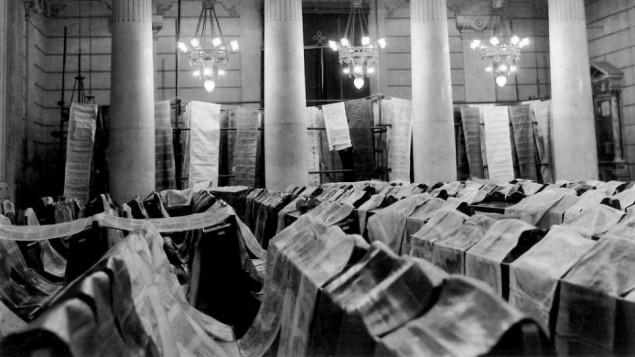 ساکنان محل در یادبود فاجعهی ۱۹۶۶ که شهر را از بین برد، و ۹۰ طومار تورات و ۱۵۰۰۰ از متون مقدس را تخریب کرد، مراسمی برگزار کردند