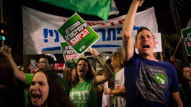 هزاران اسرائیلی در رژهای که از سوی جنبش «صلح، همین حالا» برگزار شد از میدان رابین تا مقر نیروی دفاعی در تلآویو راهپیمایی کردند