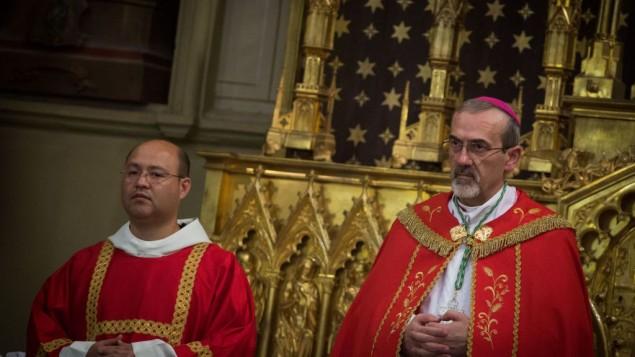 پیرباتیستا پیزابالا (راست) در مراسمی که به مناسبت ورود وی به عنوان اسقف کلیسای اسقفی لاتین در شهر قدیم اورشلیم بر پا شد