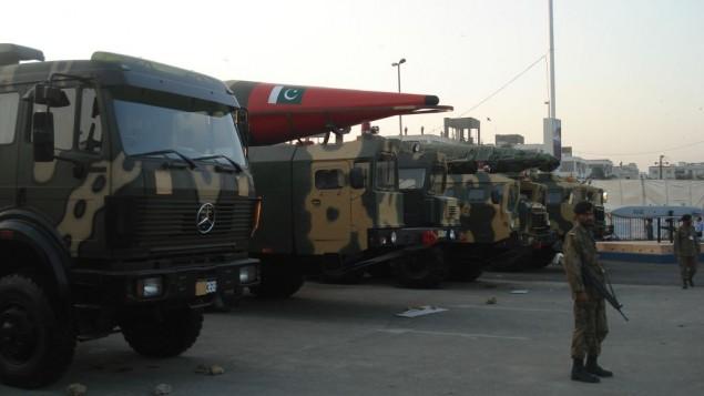موشکهای سوار بر تریلی در نمایشگاه تسلیحات دفاعی کراچی