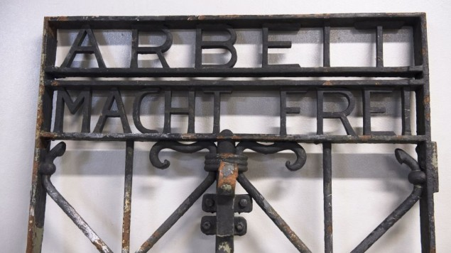 دروازهی آهنی اردوگاه کار اجباری داخو، جنوب آلمان، که شعار «کار، آزادتان میکند»، که اوایل هفتهی جاری توسط پلیس برگن، نروژ، پیدا شد