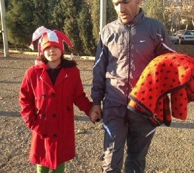 این دختربچه و پدرش از راه دوری به تهران آمده بودند تا این دیدار مهم را تماشا کنند