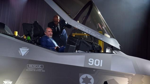 آویگدور لیبرمن، وزیر دفاع، سوار بر یک جت جنگندهی رادارگریز اف-۳۵ در طول مراسم پردهبرداری در تگزاس