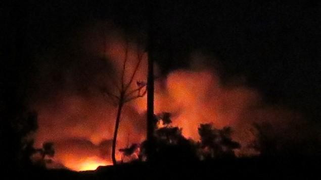 نمایی از پایگاه هوایی المزه در جنوب غربی دمشق پس از انفجاری در اوایل روز ۱۳ ژانویهی ۲۰۱۷.