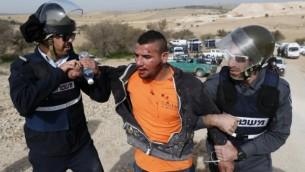 پلیس اسرائیل در طول تجمع اعتراضی علیه تخریب خانههای روستای بادیهنشین امالحیران (که از سوی حکومت اسرائیل به رسمیت شناخته نشده) در ۱۸ ژانویهی ۲۰۱۷، یک بادیهنشین را دستگیر میکند