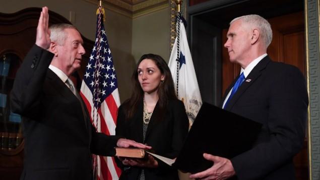 مایک پنس، معاون ریاستجمهوری ایالات متحده، (سمت راست) ۲۰ ژانویهی ۲۰۱۷ در دفتر مراسم معاونت ریاستجمهوری، مراسم سوگند جیمز ماتیس (سمت چپ) را بهعنوان سرپرست وزارت دفاع برگزار میکند