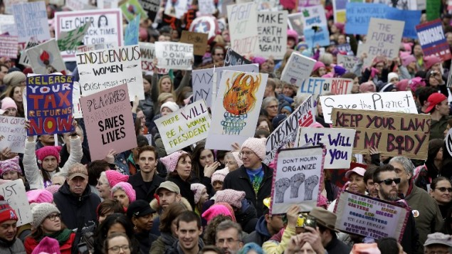معترضین در طول رژهی زنان در خیابان پنسیلوانیا ۲۱ ژانویهی ۲۰۱۷ در واشینگتن