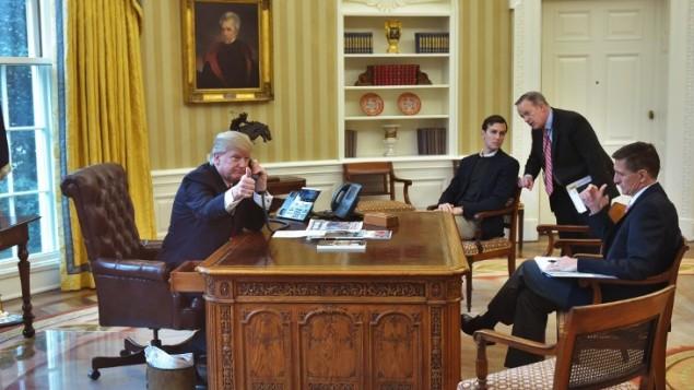 در تصویر دونالد ترامپ ریاست جمهوری ایالات متحده از پنجرهی اتاق بیضی دیده میشود که همچنان که در اتاق بیضی تلفنی با شاه سلمان، شاه عربستان سعودی حرف میزند، انگشت شصت خود را به نشانهی موفقیت نشان میدهد