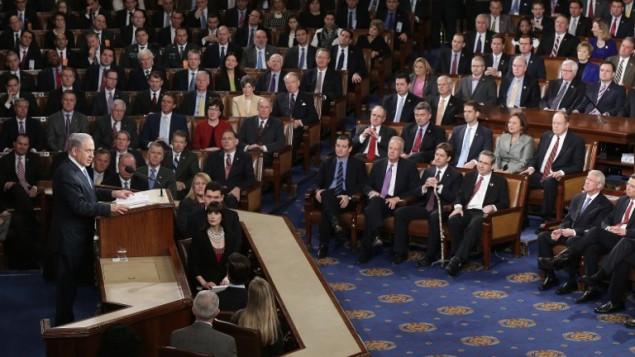 بنیامین نتانیاهو، نخستوزیر، ۳ مارس ۲۰۱۵ در حال سخنرانی دربارهی ایران در نشست مشترکی با کنگرهی ایالات متحده در اتاق مجلس در کاپیتول ایالات متحده.