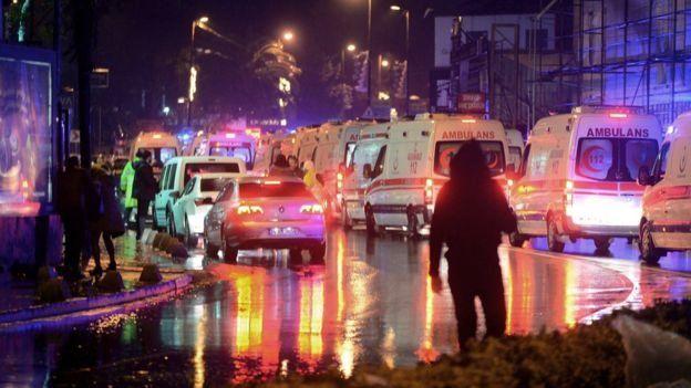 دو مهاجم مسلح با حمله به یک کلوپ شبانه در شهر استانبول ترکیه، حدود چهل کشته و دهها زخمی برجای گذاردند.