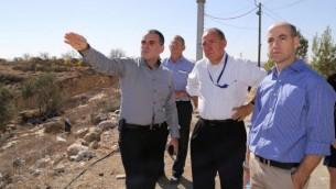 یووال روتم مدیرکل وزارت خارجه در تور افرات با عودد ریویی رئیس شورای ناحیه، در کرانهی باختری