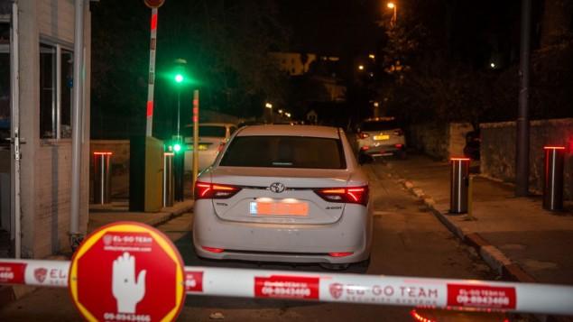 بازجویان پلیس ۲ ژانویهی ۲۰۱۷ وارد اقامتگاه نخستوزیری در اورشلیم میشوند