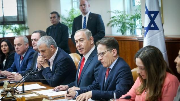 بنیامین نتانیاهو، نخستوزیر اسرائیل، (مرکز) ۲۲ ژانویهی ۲۰۱۷ جلسهی هفتگی کابینه را در دفتر نخستوزیری در اورشلیم اداره میکند