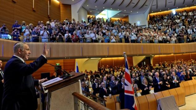 بنیامین نتانیاهو نخست وزیر هنگام بازدید از کنیسهی اعظم سیدنی، استرالیا، سخن میگوید، ۲۲ فوریه ۲۰۱۷