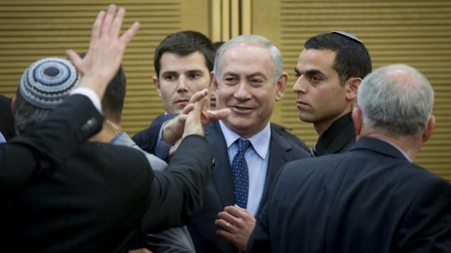 بنیامین نتانیاهو نخست وزیر به جلسهی لیکود در کنست وارد میشود