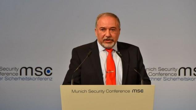 آویگدور لیبرمن وزیر دفاع حین گفتگو در کنفرانس امنیت مونیخ ۱۹ فوریه ۲۰۱۷