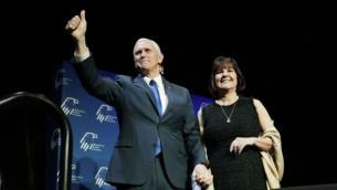 مایک پنس معاون رئیس جمهور، وسط، همراه با همسر خود کارن پنس