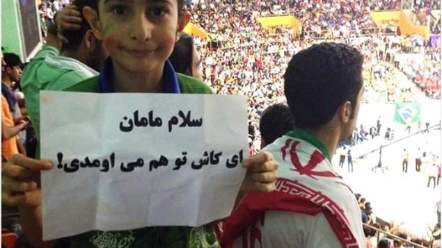 عکس آرشیوی - یک کودک خواستار حضور مادرش در استادیوم شد