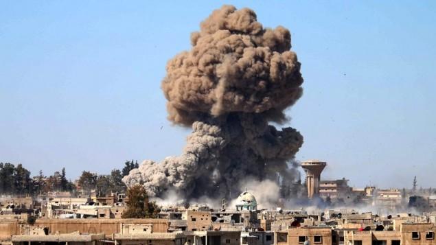 دودی که در پی یک انفجار بمب در خودرو، در یکی از مواضع حامیان دولت سوریه در زد و خوردهای مابین رزمندههای شورشی و نیروهای رژیم برای به دست گرفتن کنترل منطقهای در جنوب شهر درعا به آسمان بلند شده