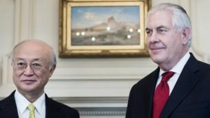 مدیر کل آژانس بینالمللی انرژی اتمی یوکیا آمانو (چپ) و وزیر خارجهی ایالات متحده رکس تیلرسون پیش از شروع جلسهای در وزارت خارجهی ایالات متحده