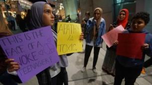 گروهی از تظاهرکنندگان مسلمان در راهپیمایی علیه ممنوعیت ورود به خاک ایالات متحده در فرودگاه بینالمللی سندیهگو، ۶ مارس، ۲۰۱۷، سندیهگو، کالیفرنیا