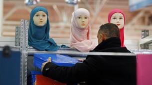 یک دستفروش در اولین روز سیامین دیدار سالانهی مسلمانان در لابورژت پاریس