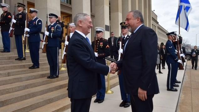جیمز ماتیس وزیر دفاع ایالات متحده، چپ، حین خوشامدگویی به آویگدور لیبرمن وزیردفاع هنگام ورود به پنتاگون در ۷ مارچ ۲۰۱۷