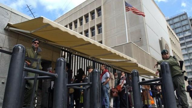 توضیح تصویر:  اسرائیلیها در مقابل سفارت آمریکا در تلآویو منتظر ویزای ایالات متحده