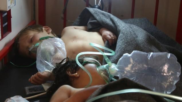 توضیح تصویر:  کودکان سوری تحت مداوا پس از حملهی مظنون به شیمیایی شهر خان شیخون، شهر شمالی سوریه، ایالت ادلیب، که در کنترل شورشیان است، ۴ آوریل ۲۰۱۷