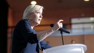 توضیح تصویر: مارینه لا پن نامزد انتخابات ریاست جمهوری فرانسه از حزب راست افراطی جبههی ملی حین سخنرانی در یکی از جلسههای کارزار