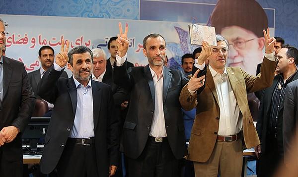 محمود احمدینژاد به همراه یاران خود در وزارت کشور