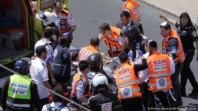 صحنه ی انتقال مجروح حادثه