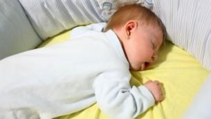 توضیح تصویر: عکس تزئینی از نوزادی خوابیده در گهواره