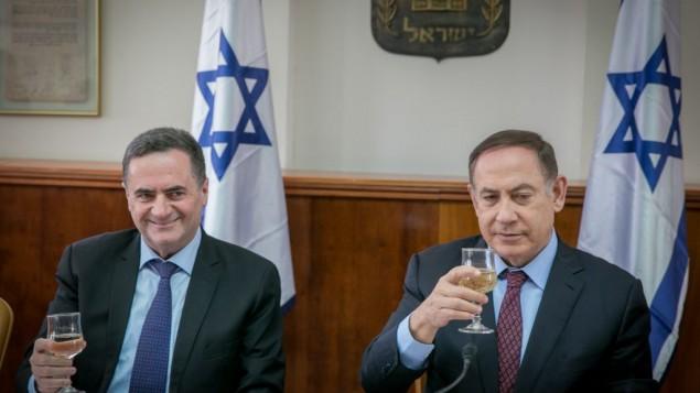 توضیح تصویر: یسرائیل کاتز، سمت چپ، و بنیامین نتانیاهو نخست وزیر در مراسم فصح در جلسهی هفتگی کابینه در دفتر نخست وزیر در اورشلیم گیلاس خود را به سلامتی بلند کردهاند، ۹ آوریل ۲۰۱۷
