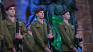 توضیح تصویر: در بزرگداشت قربانیان هولوکاست در اسرائیل، سربازان اسرائيلی پای بنای یادبود، موزهی یادبود ید و شم اورشلیم – ۲۳ آوریل ۲۰۱۷