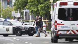 توضیح تصویر: ماموران پلیس فرسنو، کالیفرنیا در نزدیکی محل تیراندازی حرکت میکنند – ۱۸ آوریل ۲۰۱۷