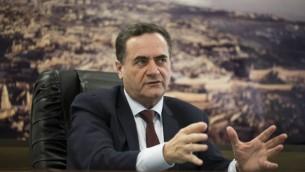 توضیح تصویر: در عکسی که روز سهشنبه ۷ مارس ۲۰۱۷ گرفته شده، وزیر راه و ترابری، و اطلاعات اسرائيل، یسرائیل کاتز در مصاحبه با اسوشیتدپرس در دفتر خود در تلآویو، اسرائیل