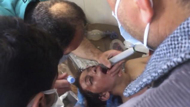 توضیح تصویر: پاراپزشک سوری میدود تا از تیررس حملههای هوایی که بیمارستانی در خان شیخون، شهر تحت کنترل شورشیان در شمال غربی سوریه، ایالت ادلیب را زد، بگریزد، ۴ آوریل ۲۰۱۷
