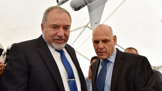 آویگدور لیبرمن وزیر دفاع در مراسم رونمایی کارخانه دفاع الکترونیکی البیت در شهر جنوبی آراد در اسرائیل، ۲ آوریل ۲۰۱۷