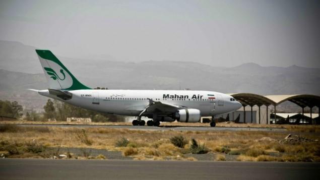 توضیح تصویر: هواپیمایی از خط هوایی خصوصی ماهانایر در فرودگاه بینالمللی صنعا، یمن، یکشنبه، ۱ مارس ۲۰۱۵ به زمین نشست