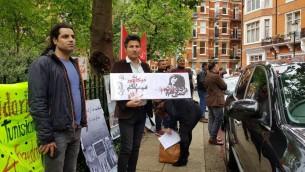 تجمع مخالفان حکومت ایران مقابل حوزه رای گیری در لندن
