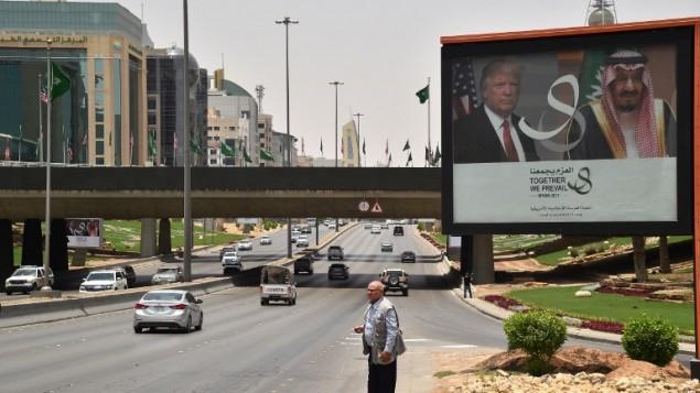توضیح تصویر: یک بیلبورد عظیم از تصاویر رئیس جمهور ایالات متحده دونالد ترامپ و شاه سلمان عربستان سعود در بزرگراهی در ریاض، ۱۹ مه ۲۰۱۷
