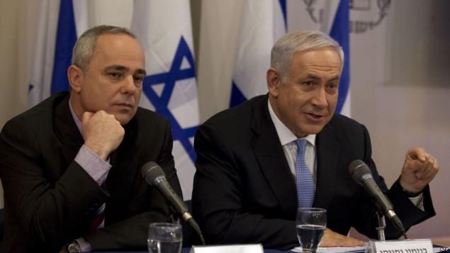 یووال اشتاینیتز، وزیر انرژی اسرائیل، (سمت چپ) در کنار بنیامین نتانیاهو، نخست وزیر، در نشست هیئت دولت.