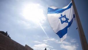 علیرغم مخالفت شدید نمایندگان عرب و متمایل به لیبرال کنست، لایحهی «اسرائيل به عنوان میهن قوم یهود» درست در مرکزیت سیاسی اسرائیل شروع شد