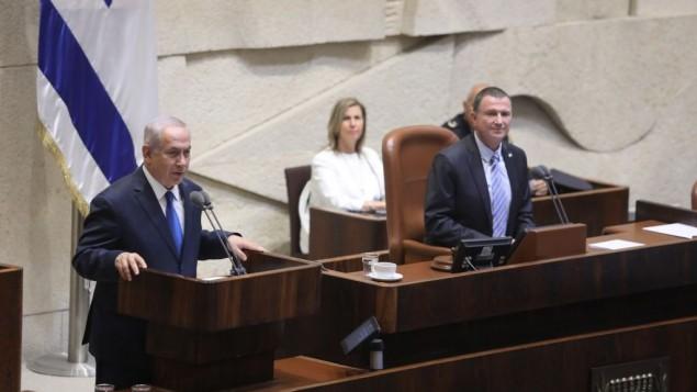 توضیح تصویر: بنیامین نتانیاهو نخست وزیر (چپ) حین سخنرانی در مراسم روز اورشلیم در پلنوم کنست، ۲۴ مه ۲۰۱۷